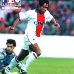 Pat échappe à Vitor Baia - Finale C2 Barça/PSG - mai 1997 (Photo : Ch. Gavelle - PSG)